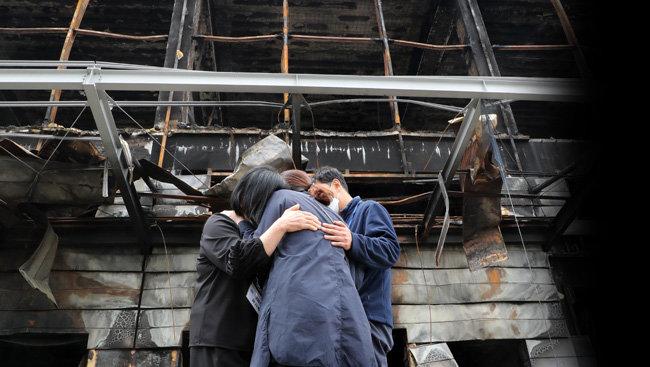 5월 12일 경기 이천시 물류창고 화재 현장을 방문한 유가족들이 오열하고 있다.