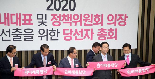5월 8일 미래통합당 원내대표 경선에서 주호영 의원(오른쪽에서 두 번째)이 당선됐다.