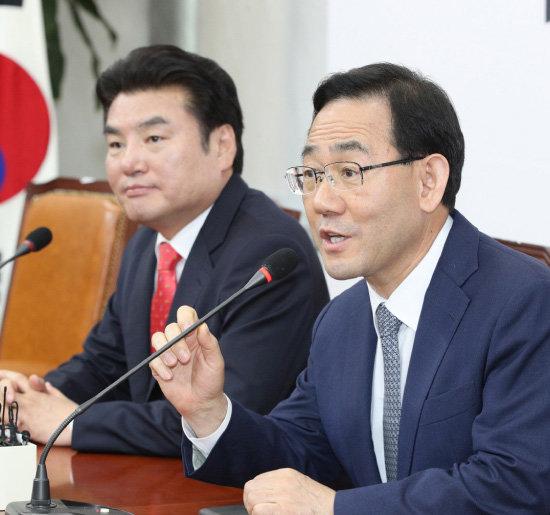 주호영 통합당 원내대표(오른쪽)와 원유철 한국당 대표가 5월 14일 서울 여의도 국회에서 기자회견을 열고 합당논의기구를 설치하겠다고 밝혔다. 다만 합당 시한은 못 박지 않았다. [뉴스1]