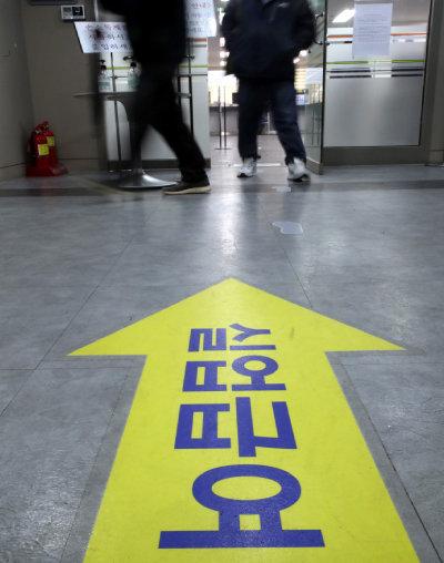 4월 17일 서울 마포고용노동플러스센터가 실업급여를 받으러 온 사람들로 붐비고 있다. [최혁중 동아일보 기자]