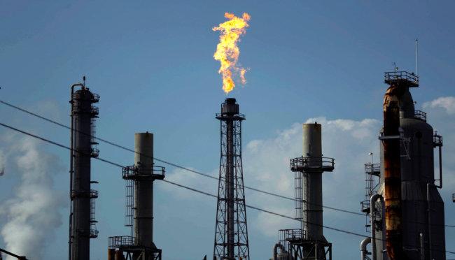 코로나19발 저유가로  미국 셰일가스 산업이 위기를  맞았다. 사진은  미국 텍사스주의 정유시설. [뉴시스]