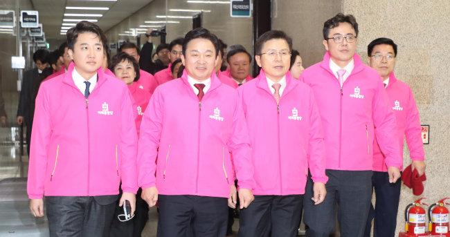 2월 17일 서울 여의도 국회에서 황교안(가운데) 당시 미래통합당 대표 주재로 통합 후 첫 최고위원회가 열렸다.   [김동주 동아일보 기자]