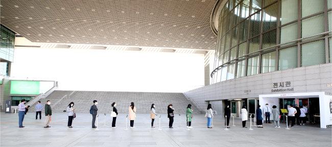 5월 6일 서울 용산구 국립중앙박물관 앞. 방문자들이 일정한 간격을 유지한 채 입장을 기다리고 있다. [뉴시스]