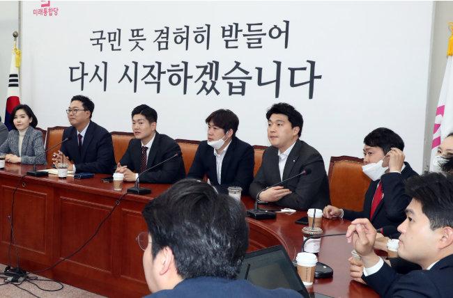 미래통합당 청년 당협위원장, 청년 당직자들이 4월 27일 서울 여의도 국회에서 당내 현안을 논의하기 위해 모임을 열고 있다. [뉴스1]