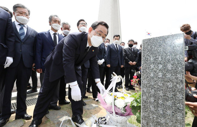주호영 미래통합당 원내대표(가운데)를 비롯한 당 지도부와 관계자들이 5월 18일 광주 북구 국립5·18민주묘지를 찾아 참배하고 있다. [사진공동취재단]
