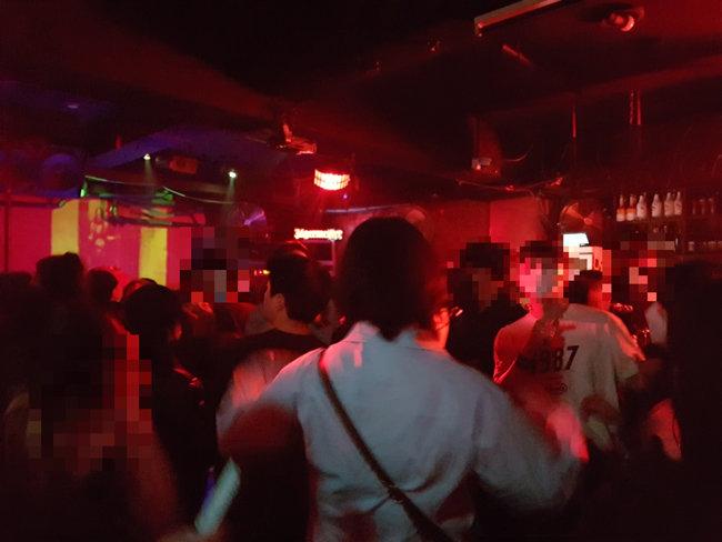 코로나19 재확산 우려가 커지는 가운데 격리 장소를 무단이탈한 자가격리자가 14일 경기 A종합병원에서 난동을 부린 사건이 발생했다. 사진은 4월 25일 서울 마포구 홍익대 인근 한 클럽에서 젊은이들이 마스크를 착용하지 않은 채 춤을 추고 있는 모습이다.
