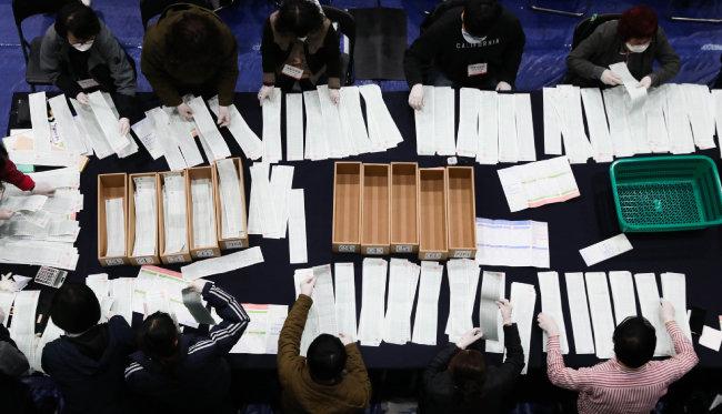 21대 총선 투표일인 4월 15일 서울 종로구 경복고에 마련된 개표소에서 개표원들이 비례정당 투표지 수개표를 하고 있다. [뉴스1]