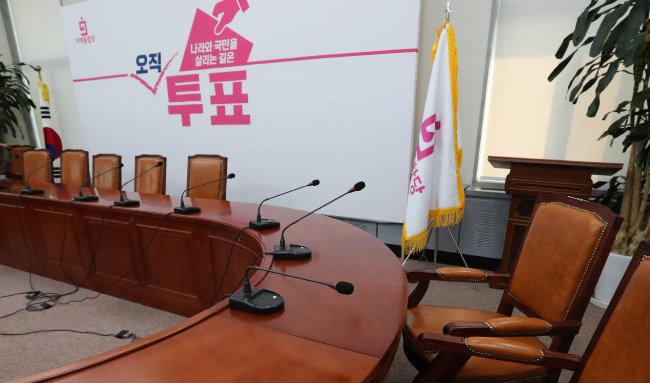 미래통합당이 4·15 총선에서 참패한 가운데 4월 16일 국회 미래통합당 회의실이 텅 비어 있다. [김재명 동아일보 기자]
