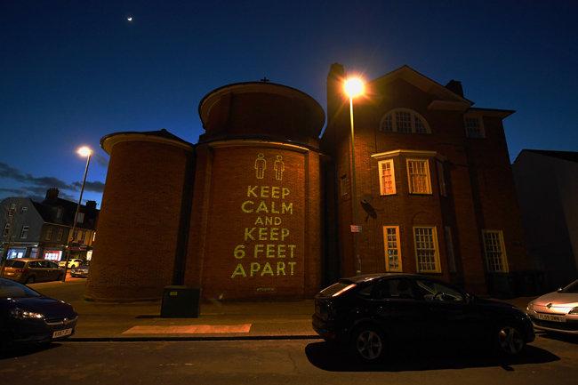 제2차 세계대전 중 국민의 용기를 북돋던 문구(keep calm and carry on·평정심을 갖고 하던 일을 계속하라)를 본뜬 영국 브라이튼앤호브의 벽화도 인상적이다.