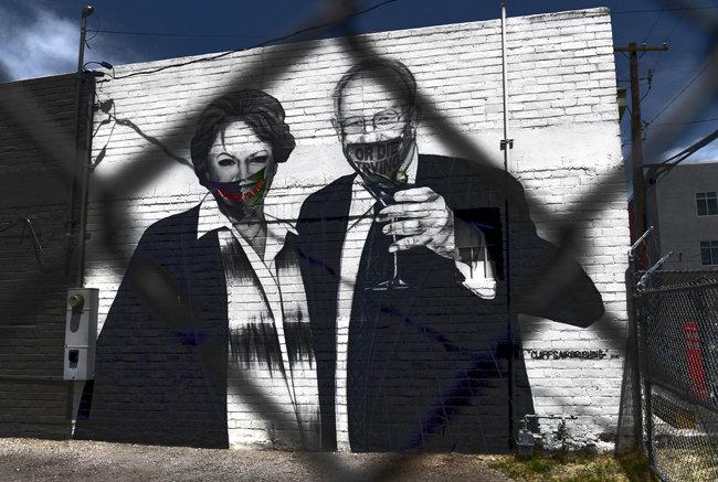 벽화는 날카로운 풍자의 수단도 된다. 미국 네바다주 라스베이거스에는 사회적 거리두기를 철회하자고 주장한 캐롤린 굿맨 전 라스베이거스 시장(벽화 왼쪽)을 비판하는 그래피티가 등장했다.