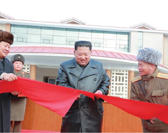 지난해 12월 7일 양덕온천문화휴양지 준공식에 참석해 테이프 커팅을 하는 김정은 북한 국무위원장.