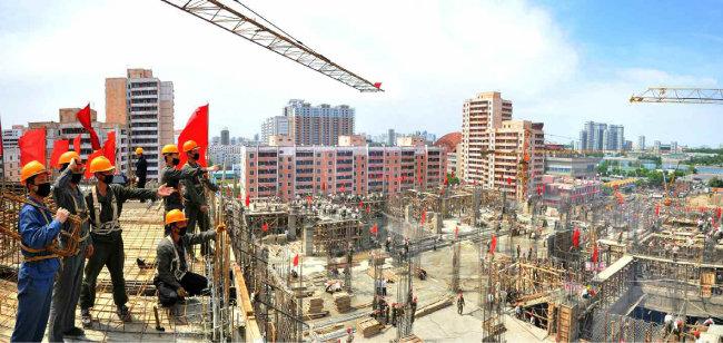 """노동신문은 5월 12일 """"대동강변 명당자리에 평양종합병원이 기운차게 일떠서고 있다""""면서 관련 사진을 공개했다."""
