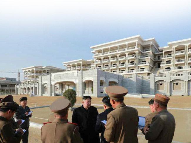 김정은 북한 국무위원장이 2019년 4월 6일 원산갈마해안관광지구를 시찰하고 있다.