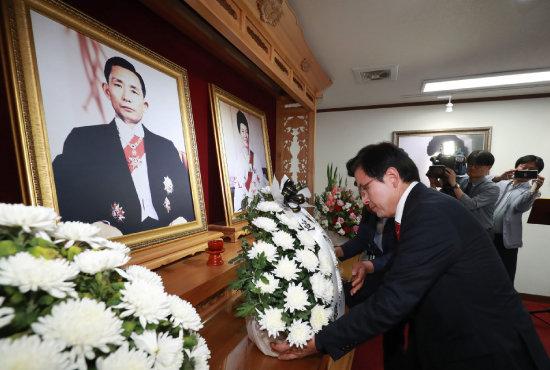 지난해 9월 12일 황교안 당시 자유한국당 대표가 경북 구미시 상모동 박정희 전 대통령 생가를 찾아 헌화하고 있다. [뉴스1]