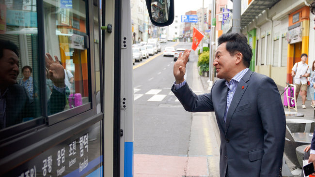 제주도 대중교통 체계 전면 개편 이틀째인 2017년 8월 27일 원희룡 제주특별자치도지사가 제주국제공항 버스정류장에서 버스 승객들에게 인사하고 있다. [제주특별자치도 제공]