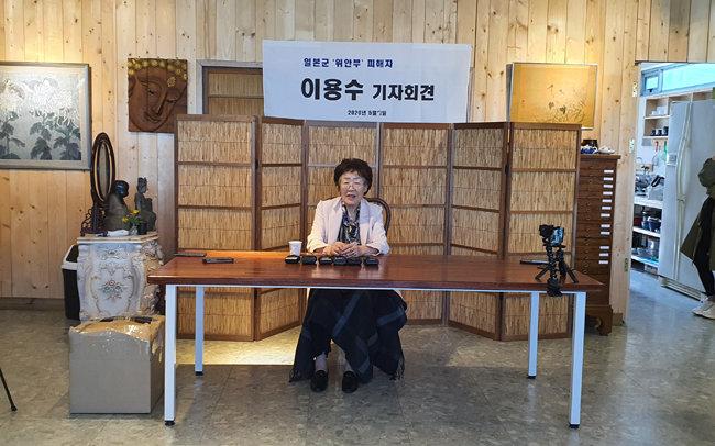 """일본군 위안부 피해자 이용수 할머니가 5월 7일 대구 남구의 한 찻집에서 기자회견을 열고 """"(위안부 피해자를 위한) 성금이 피해자 할머니를 위해 쓰인 적이 없다""""며 다음 주부터 수요집회에 참석하지 않겠다고 밝혔다. [대구=뉴시스]"""