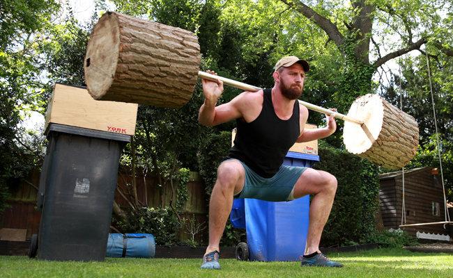 영국, 노샘프턴/잉글랜드 럭비 선수 톰 우드가 집 뒷마당에서 통나무바벨을 들어 올리며 운동하고 있다. [GETTYIMAGES]