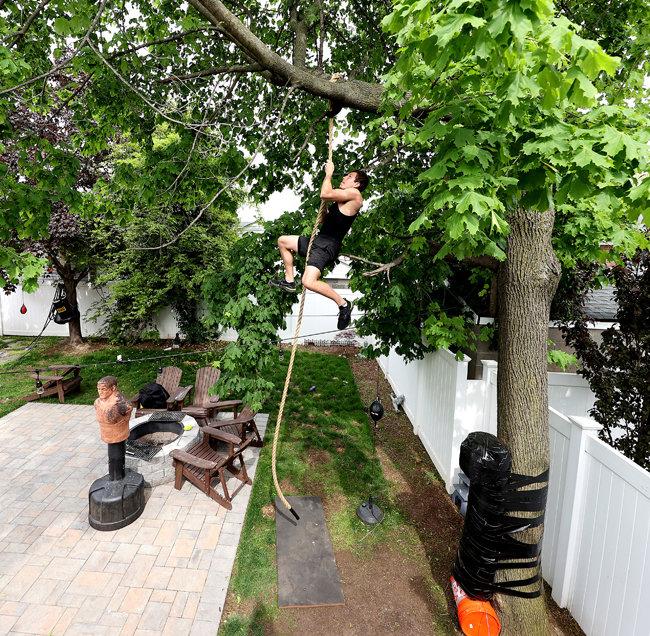 미국, 뉴욕/복싱체육관이 폐쇄돼 이용하지 못하게 된 아마추어 복서 블럼버그가 자택 뒷마당에서 체력 훈련을 하고 있다. [GETTYIMAGES]