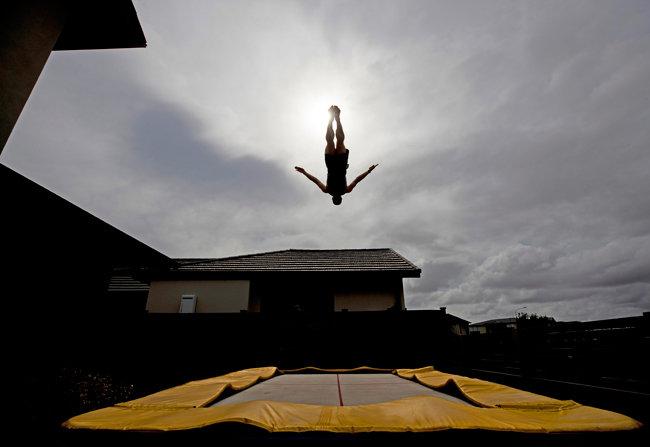 뉴질랜드, 오클랜드/트램폴린 선수 딜런 슈미트가 마당에서 점핑 훈련을 하고 있다. [GETTYIMAGES]