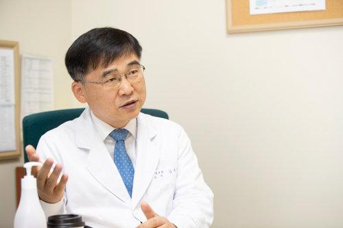 김우주 고려대구로병원 감염내과 교수는 코로나19 백신이 개발되려면 아직 오랜 시간이 필요하다고 말했다. [지호영 기자]