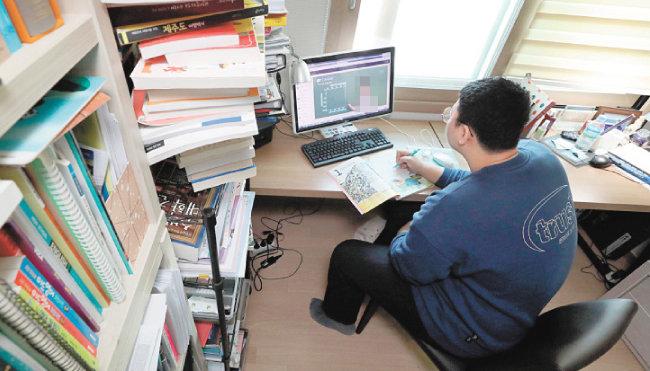 4월 9일 서울 강서구의 고3 수험생이 자택 책상 앞에 앉아 온라인 수업을 듣고 있다. [뉴스1]