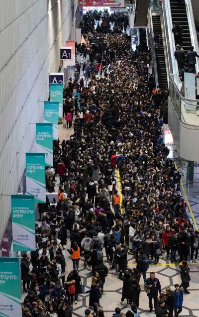 2018년 12월 13일 서울 강남 코엑스에서 열린 '2019학년도 정시 대학입학정보박람회'에 오전부터 많은 수험생과 학부모가 몰려 입장을 기다리고 있다. [조영철 기자]