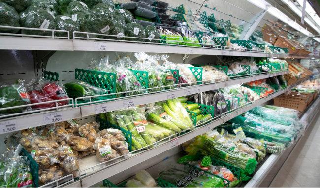 서울 서대문구 농협 하나로마트 매장에 놓여 있는 과일, 채소. 전문가들은 신선한 원물로 식단을 구성하면 비타민 무기질을 충분히 섭취할 수 있어 건강 증진에 도움이 된다고 말한다.  [지호영 기자]