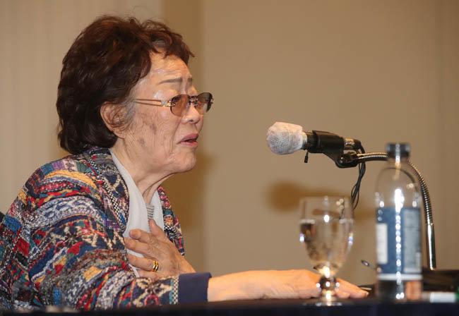 """일본군 위안부 피해자 이용수 할머니는 25일 대구 인터불고호텔에서 열린 기자회견에서 """"윤미향은 벌을 받아야 한다""""고 말했다. [뉴시스]"""