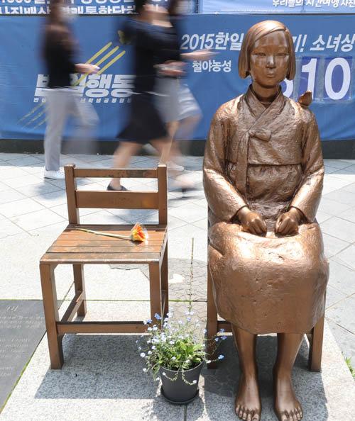 서울 종로구 옛 일본대사관 맞은편에 설치된 '평화의 소녀상'. [박영대 동아일보 기자]