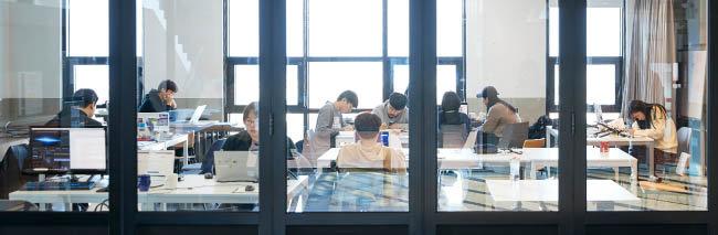 제주시 연북로 제주더큰내일센터에서 참가자들이 팀별 프로젝트를 수행하고 있다. [홍중식 기자]