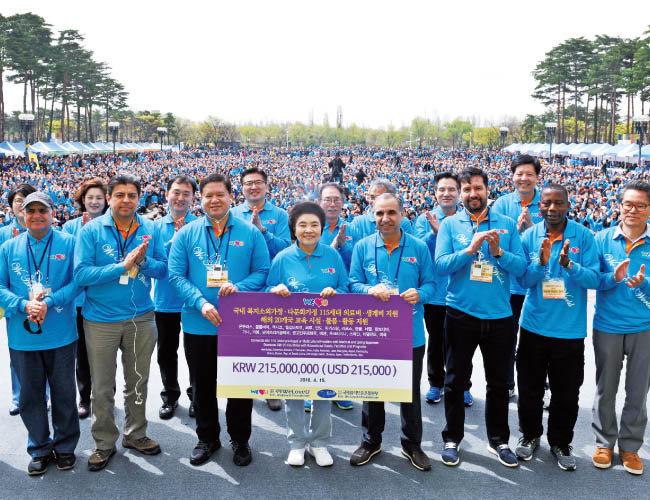 위러브유가 개최한 제19회 새생명 사랑 가족걷기대회. 각국 외교관과 각계각층이 참가한 가운데 국내 115가정에 의료·복지 지원, 해외 20개국에 교육 지원을 했다.