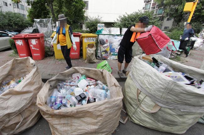 한 아파트 단지 주민들이 분리수거하는 모습.