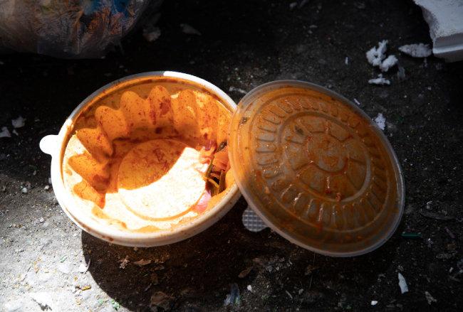 사회적 거리두기로 배달 음식 소비가 늘었다. 플라스틱 용기에 음식물 쓰레기가 남아 있다.
