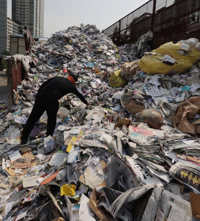 가정에서 배출하는 폐기물의 양도 급증했다. 곳곳에서 쓰레기산(山)이 솟아나고 있다.