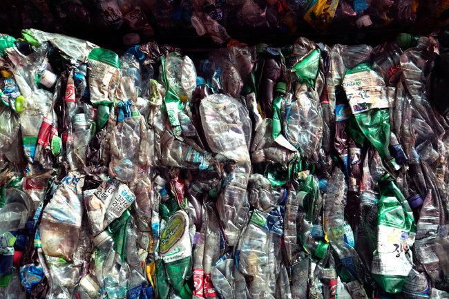 페트 재생 원료는 유럽·미국 등지로의 수출 의존도가 높다. 코로나19로 수출길이 꽉 막혔다. 폐기물 처지가 된 페트병들이 언제 재생의 시간에 닿을지 누구도 알 수 없다.