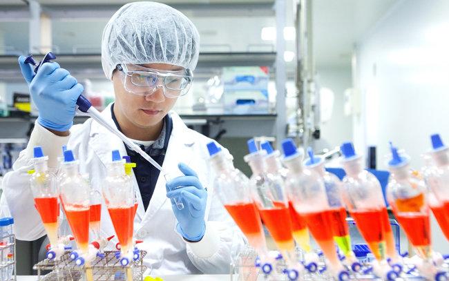 SK바이오사이언스 연구원이 백신 개발을 위한 연구를 진행하고 있다. [SK바이오사이언스 제공]