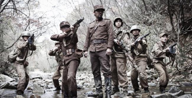 전쟁의 참혹함을 고발한 영화 '고지전'의 한 장면. [쇼박스 미디어플렉스 제공]