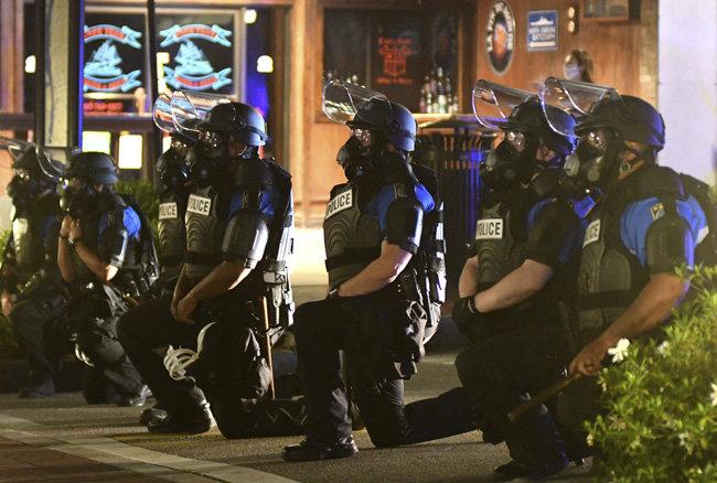 5월 31일 노스캐롤라이나주 월밍턴에서 시위대가 조지 플로이드를 추모하는 의미에서 무릎을 꿇자 경찰도 공감을 표하며 이를 따랐다. 무릎 꿇기는 2016년 미식축구 선수 콜랜 캐퍼닉이 흑인 차별에 항의해 경기 중 무릎을 꿇은 후 인종차별 반대의 상징적 행동이 됐다.