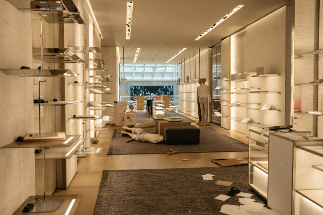 '디올' 매장에 전시된 상품이 흔적도 없이 사라졌다.