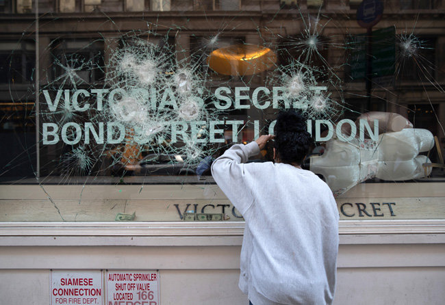 속옷 브랜드 '빅토리아 시크릿' 매장의 유리창이 깨졌다. 마네킹이 상품이 벗겨진 채 뒹굴고 있다.