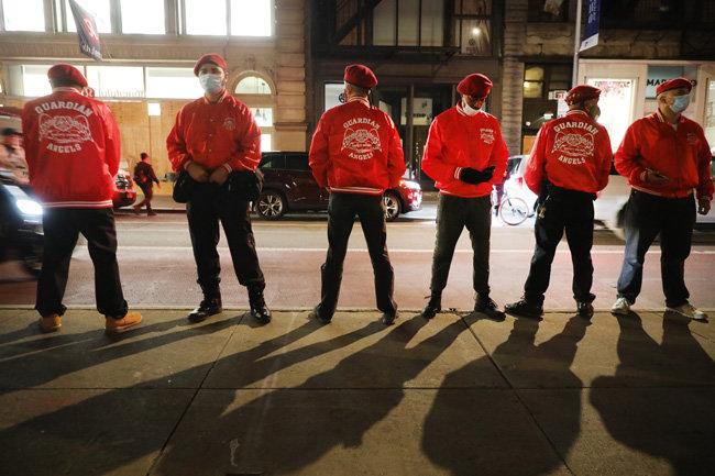 약탈이 난무하는 무법천지에서 의식 있는 시민들이 나섰다. 자원봉사 단체 '가디언 앤젤스(guardian angels)' 회원들이 뉴욕 상점가를 경비하고 있다.