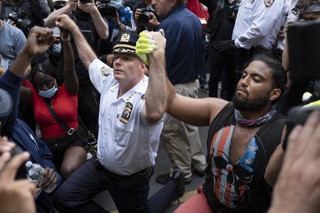 6월 1일 테렌스 모나한 뉴욕시 경찰서장이 시위에 나선 시민과 손을 맞잡고 무릎을 꿇었다.
