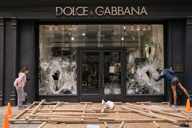 미국 뉴욕 고가품 브랜드 매장이 약탈의 표적이 됐다. 피해를 입은 '돌체&가바나' 매장.