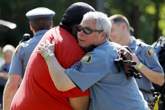 6월 1일 시민들은 경찰의 진심 어린 공감에 포옹으로 화답했다. 미네소타주 세인트폴 시위 현장에서 경찰과 시민이 서로 껴안고 있다.