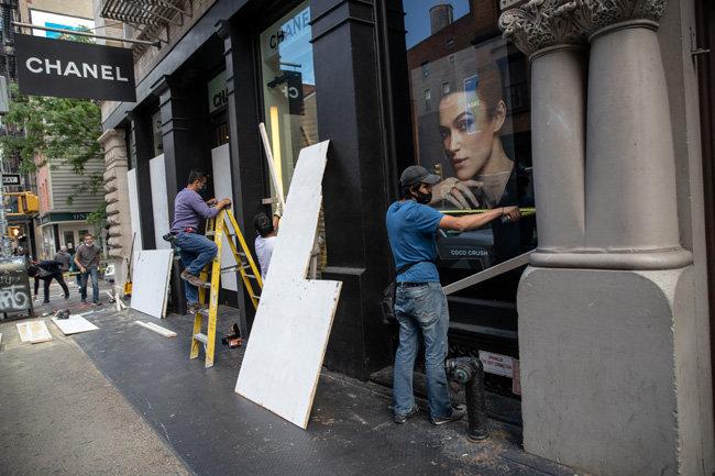 매장 주인들은 창문에 합판을 덧대는 등 자구책을 마련했다. 뉴욕 '샤넬' 매장.