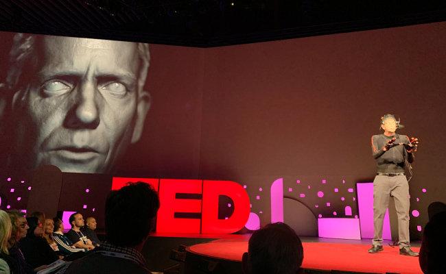 시각디자이너 도그 로블이 딥페이크 기술을 시연하고 있다. [Flickr]