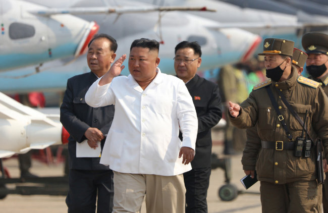김정은 북한 국무위원장이 서부지구 항공 및 반항공사단 관하 추격습격기연대를 시찰했다고 노동신문이 4월 12일 보도했다. [노동신문]