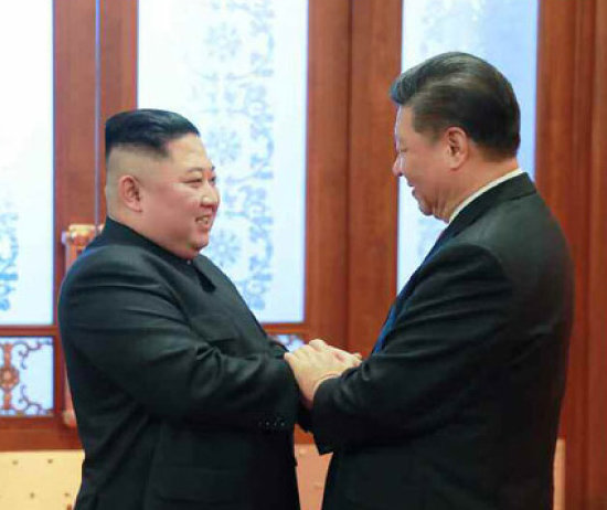 지난해 1월 8일 김정은 북한 국무위원장이 시진핑 중국 국가주석과 중국 인민대회당에서 인사를 나누고 있다. [노동신문]
