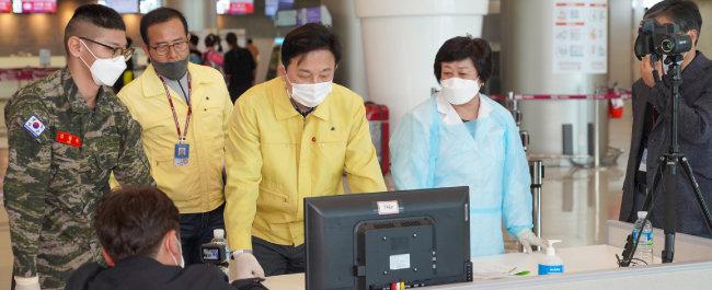 원희룡 제주특별자치도지사가 5월 5일 제주국제공항을 찾아 발열 감시 카메라를 점검하고 있다.
