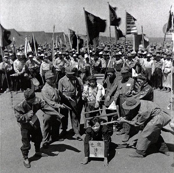 6·25 전쟁이 한창이던 1952년 7월 제주도포로수용소에 수용된 중국군 포로들이 마오쩌둥의 목을 톱으로 자르는 상황극을 연출하고 있다. [동아DB]